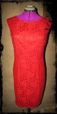 sukienka z czerwonej koronki