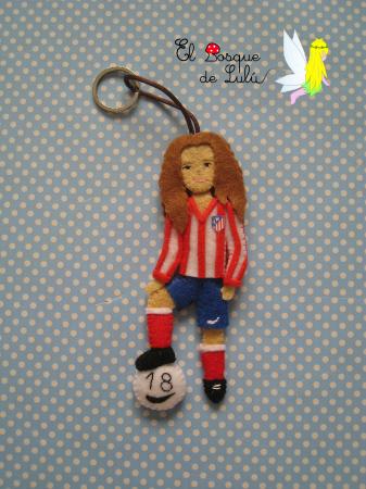 regalo-personalizado-en-fieltro-colgante-llavero-jugadora-Atletico-Madrid-futbolista-en-fieltro-hecho-a-mano