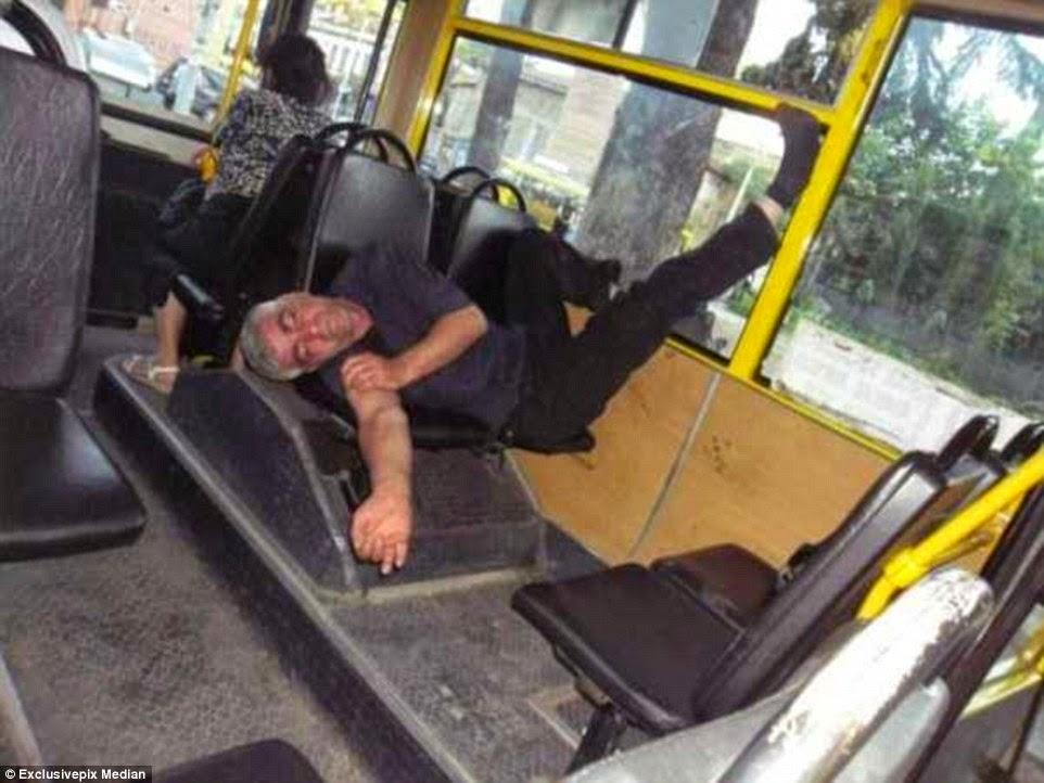 ينام داخل حافلة وهو خالع حذائه