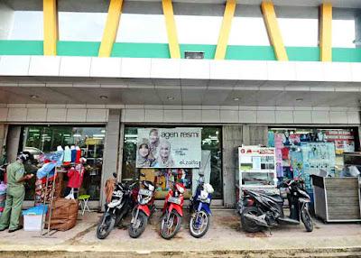 EWA TERAS : Berjualan di teras supermarket Harum Manis ini menjadi pilihan dari pedagang batik dan penjual burger ini. Lokasinya di depan supermarket yang berada di pinggir jalan besar membuat dagangan mereka dilirik pembeli. FOTO MEIDY KHADAFI/PONTIANAKPOST
