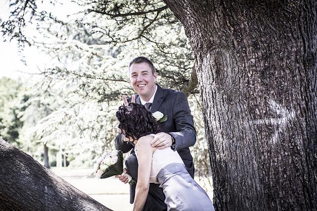 Brautpaar auf Baum im Nordpark