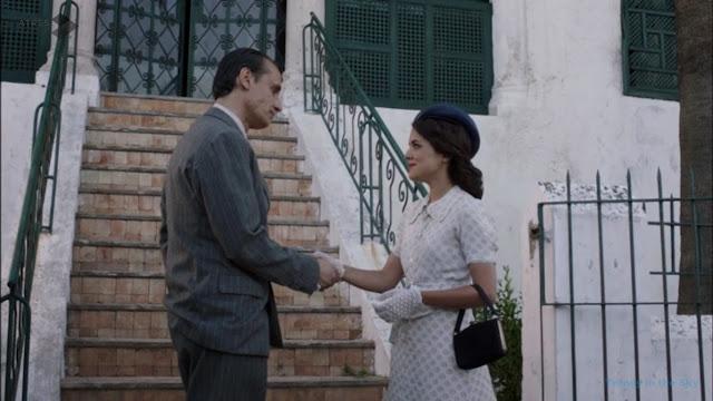 Sira Quiroga vestido blanco con círculos morados. El tiempo entre costuras. Capítulo 6.