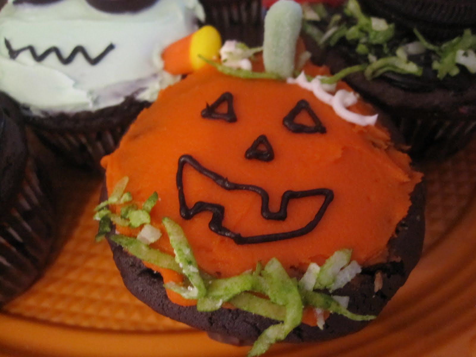 Halloween Cupcake Decorating Ideas Gummy Worms : Neighbor Julia: Halloween Cupcakes That Kids Can Decorate!