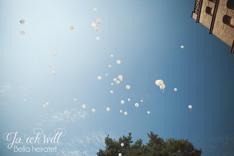 weiße Ballons steigen Hochzeit