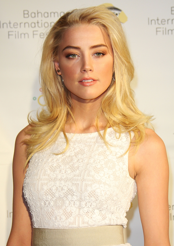 Amber Heard is a very sexy Lesbian
