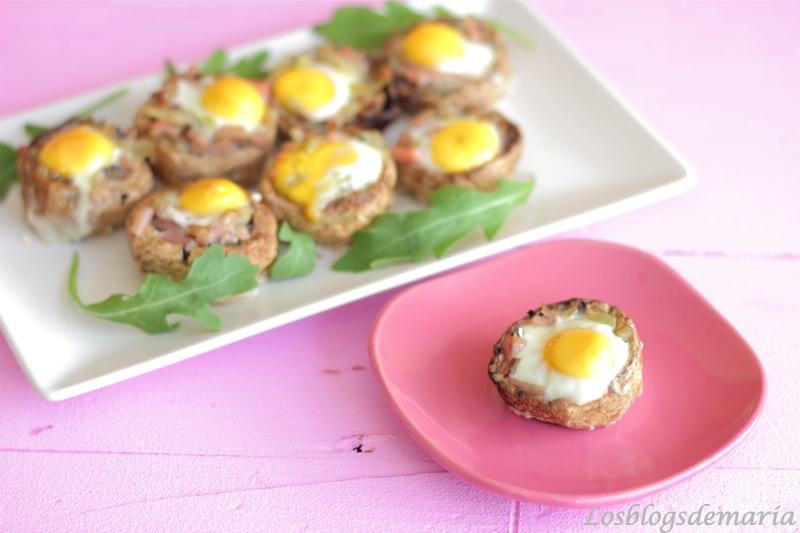 Champiñones rellenos coronados con huevos de codorniz