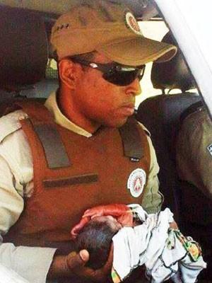 Bebê foi resgatado por policiais militares. (Foto: Divulgação/Polícia Militar)