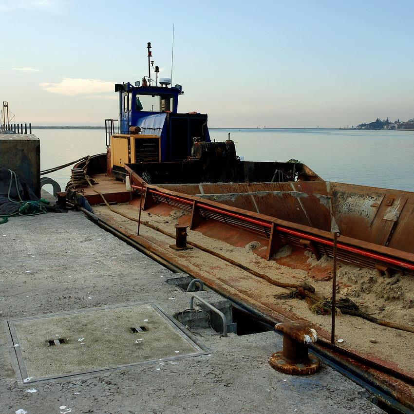 Pormenor de um barco de extracção de areia ancorado no cais da Afurada. Ao fundo o pontão do Cabedelo e a foz do Douro