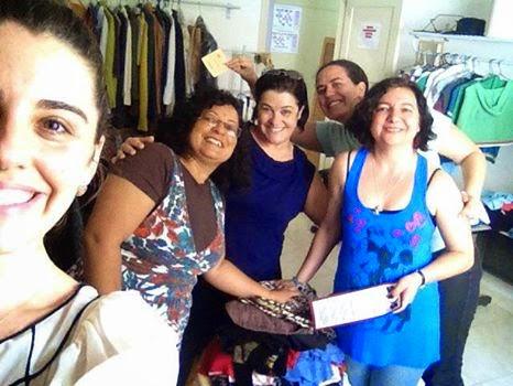 Descabide doa roupas para o bazar do SOS Ação Mulher e Família