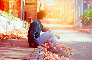 Alone Boy in love sitting near road-sad Crush Shayari