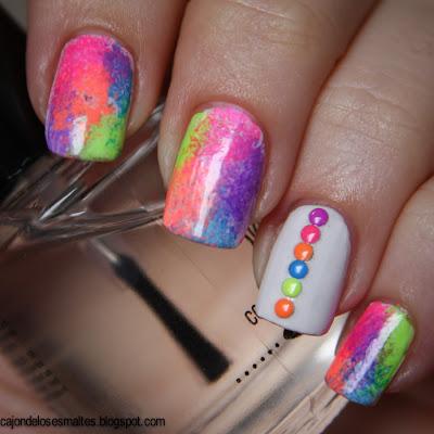 esponjado con esmaltes de uñas neones y studs neones