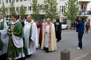darth vader durch die stadt auf einer beerdigung messe mit den anderen priestern.
