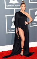 Дженифър Лопес в асиметрична рокля на Anthony Vaccarello, обувки Tom Ford, чанта Jimmy Choo и бижута Norman Silverman - наградите Грами 2013