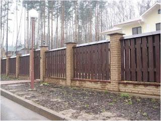 Деревянный забор с кирпичными столбами. Фото 4