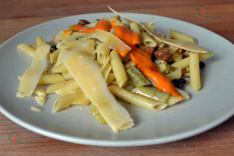 Macarrones agridulces con chorizo vegano picante.