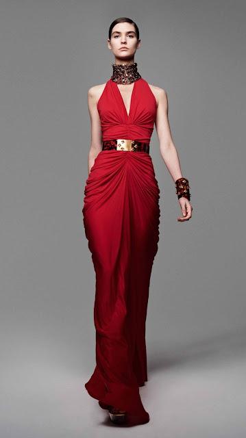 Alexander McQueen, se inspira en la miel y las abejas,  para vestir a una mujer femenina y muy sensual, esta es la propuestas de  primavera verano 2013 12