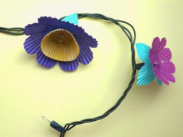 Lamparitas con flores de papel de magdalenas en Recicla Inventa