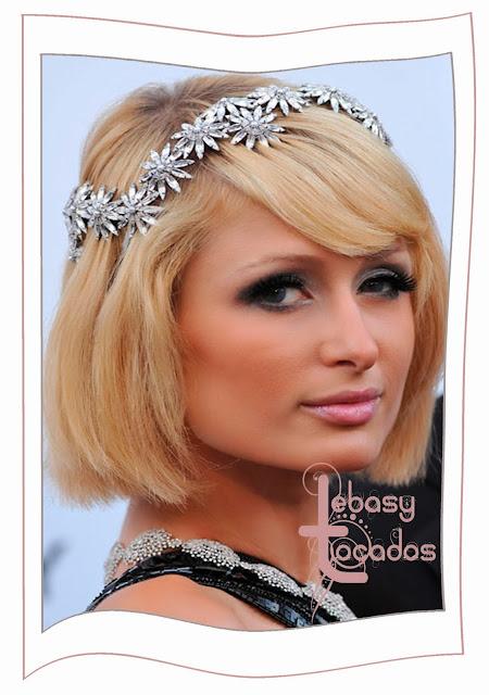 Diadema con aplicaciones brillantes de flores estrelladas. La luce Paris Hilton.