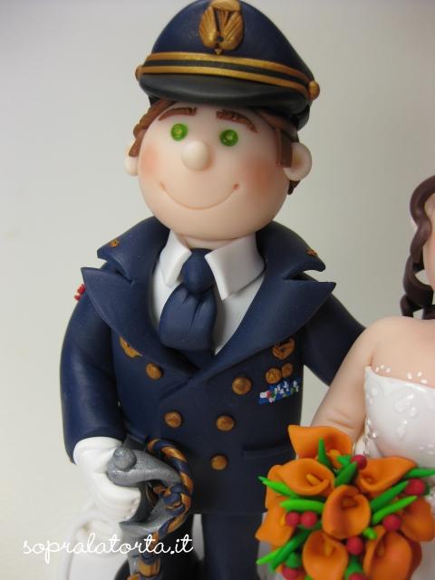 Matrimonio In Alta Uniforme Esercito : Sopra la torta loana ed il suo sposo in uniforme di gala