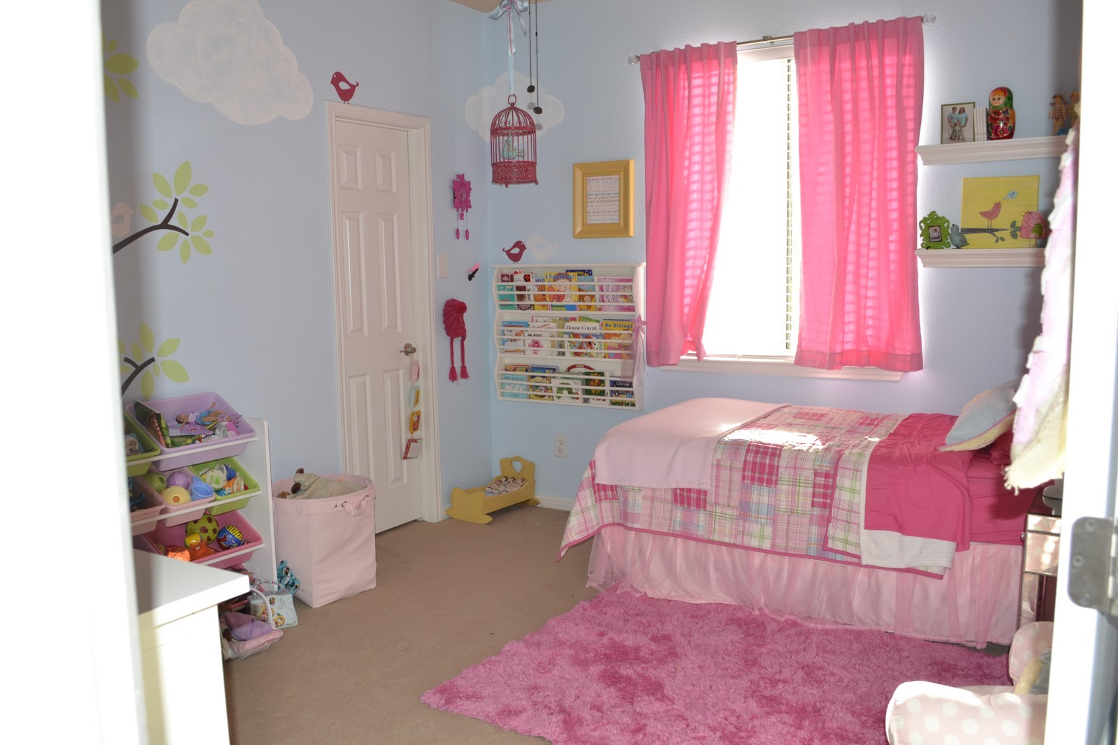 yOuR liTtLe BiRdiE: Pink and Blue Girls Room