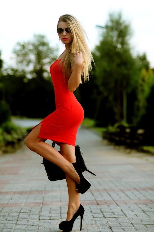 Девушка в красном на крыше