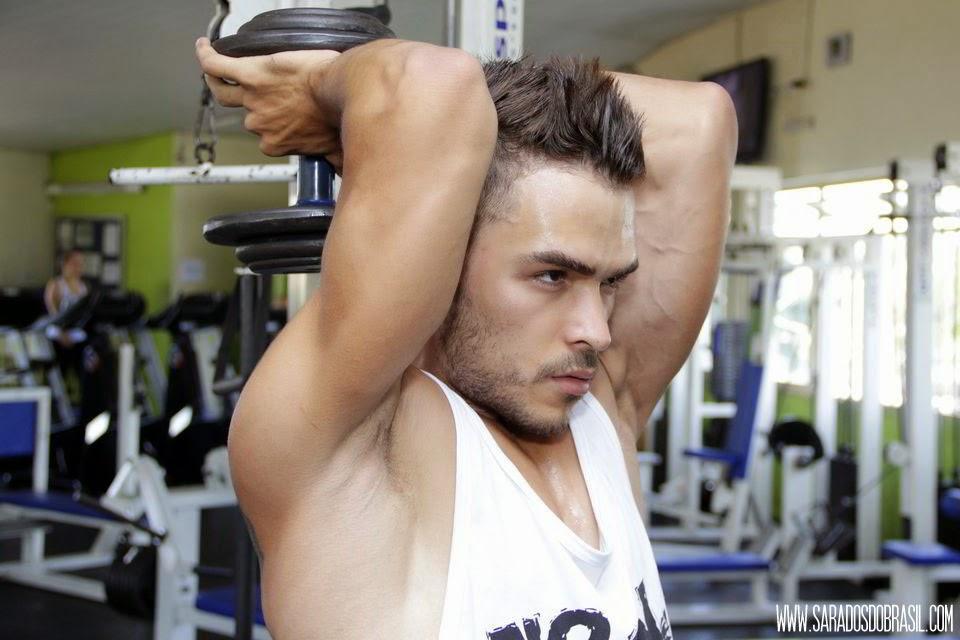 Tríceps francês - 3 séries de 12 repetições - 20 kg - Foto: Marcos Januário