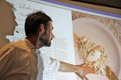 Miguel ángel de la Cruz en ponencia Gastro domingos mostrando su nuevo libro. Blog Esteban Cadpevila