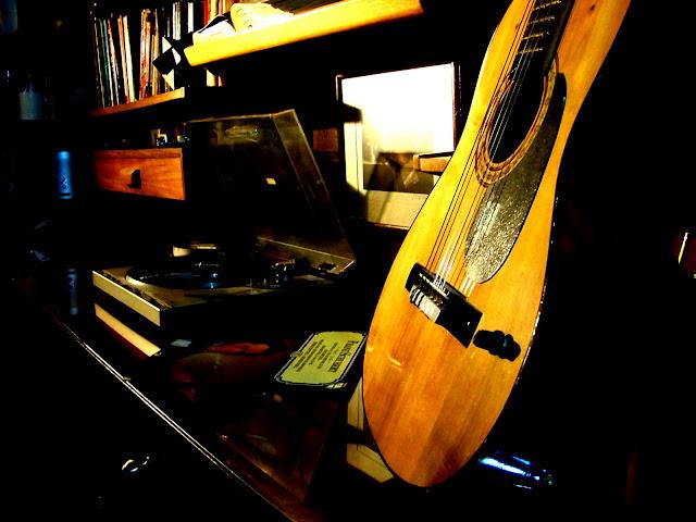 Foto artística de guitarra acústica