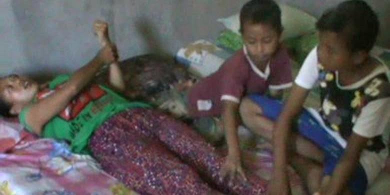 Dua Bocah Berjuang Hidupi Ibunya yang Lumpuh