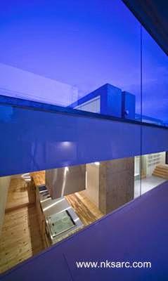 Ventana superior en uno de los 5 marcos de la casa
