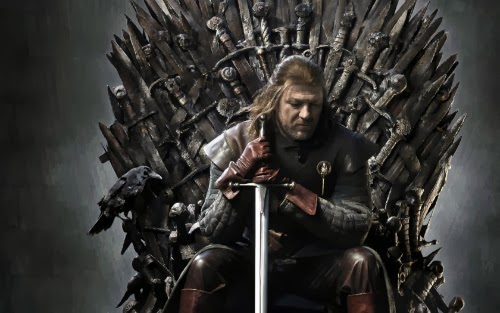 Ned Stark, personagem interpretada na série da HBO por Sean Bean, medita sentado no trono de ferro