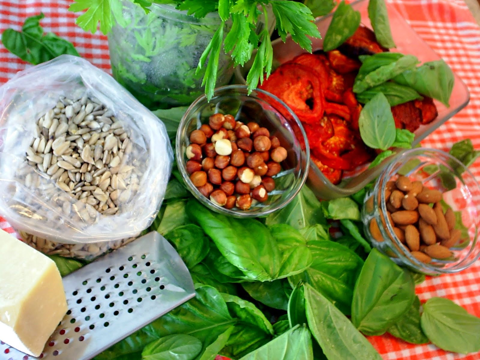 2 Herbs roasted Nuts Tomato PESTO