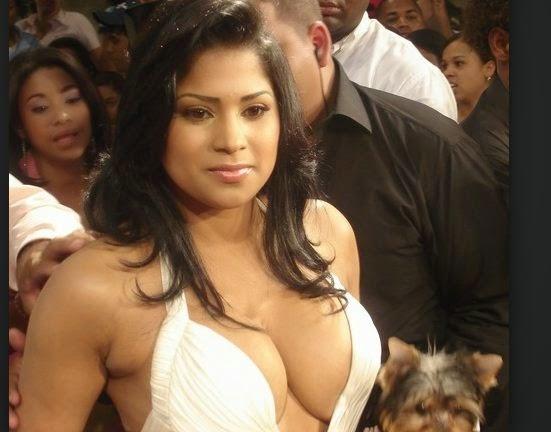 Evelina Garcia le reclaman por arborotar la escuela con bata muy sexy