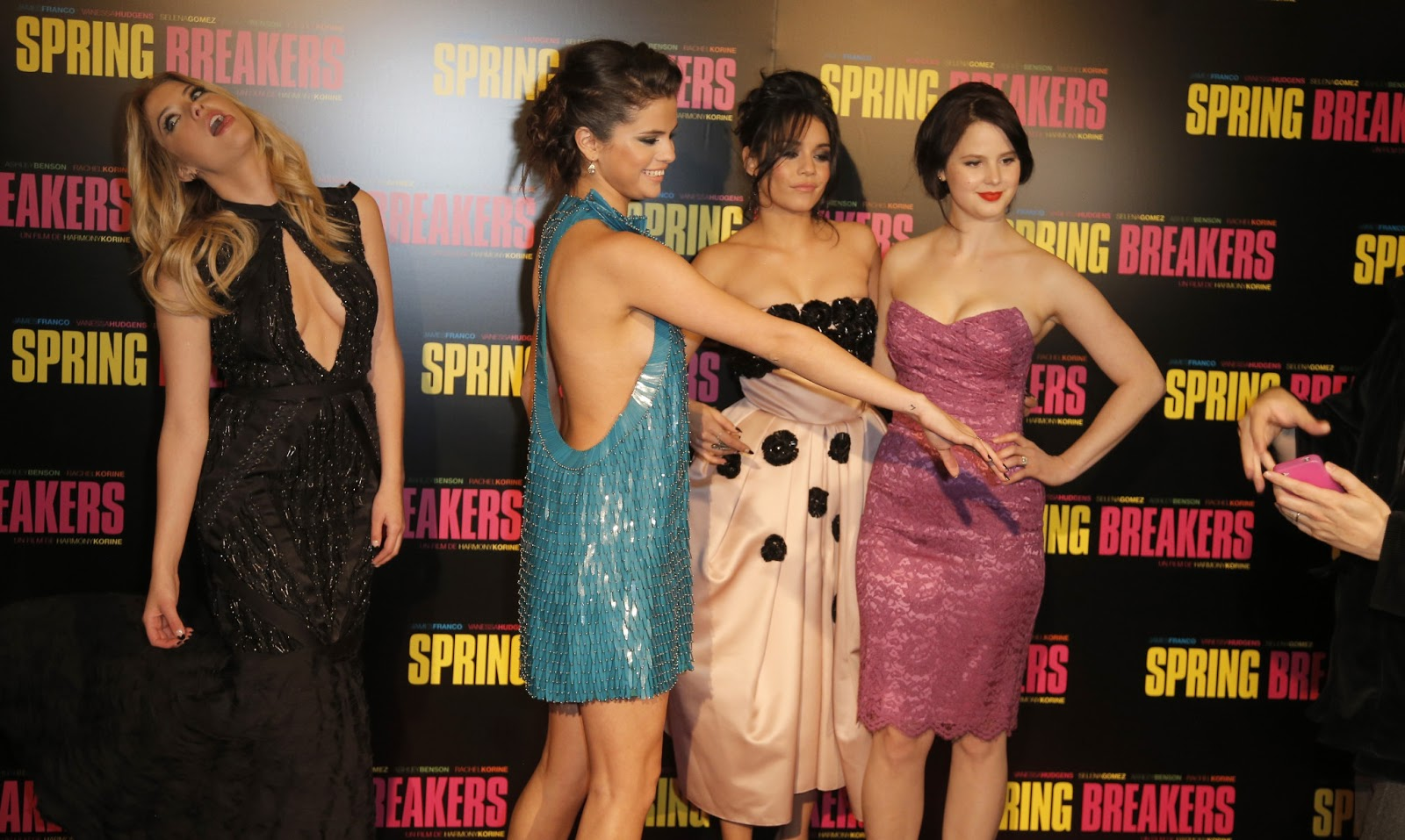 http://4.bp.blogspot.com/-rA3FhR01-p0/USNoCHMKmhI/AAAAAAAAKTc/zQDp2wYKwww/s1600/Selena+Gomez+attends+the+_Spring+Breakers_+Paris+Premiere+at+Le+Grand+Rex+on+February+18_+2013+_20_-.jpg