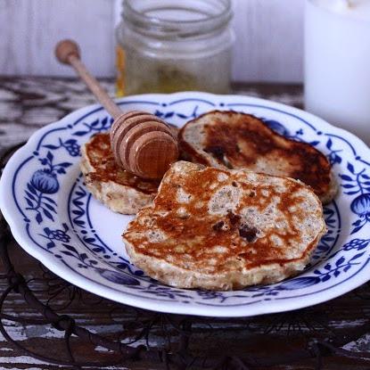 Śniadanie: Pancakes z kaszą manną, bananami, czekoladą i miodem