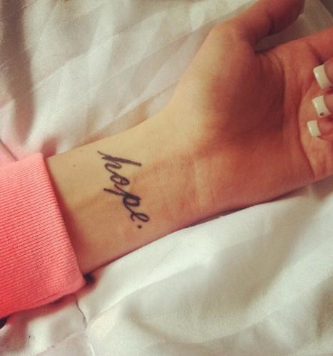 chica con un tatuaje de letras