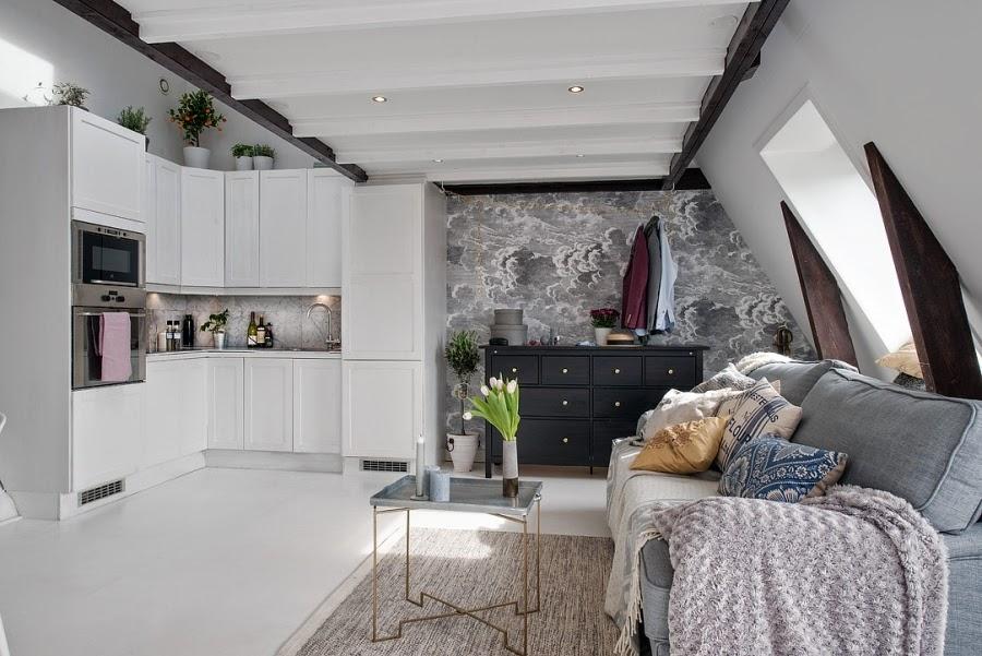 otwarta kuchnia, białe wnętrza, czarna komoda, salon, kanapa