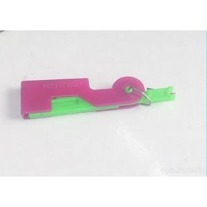 Alat sederhana dan praktis untuk memasukkan benang ke jarum bagi orang