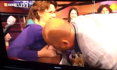 Homem bebe leite das mamas de uma mulher em directo na TV