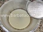 Aluat covrigi cu nuca pufosi preparare reteta - adaugare zahar in lapte
