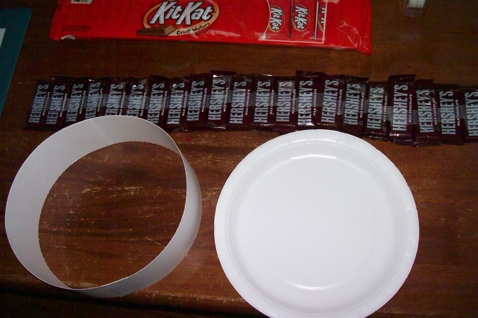 Then I took the paper support thatu0027s included in the Hershey bar packaging and rolled it to make a circle - it took 2 of the paper supports. & Candy Cake and Crafts: Chocolate Candy Cake - Picture Tutorial