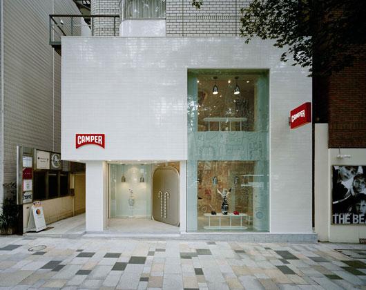 A import ncia da fachada em uma loja design de fachadas de lojas del carmen by sarruc for Modern showroom exterior design