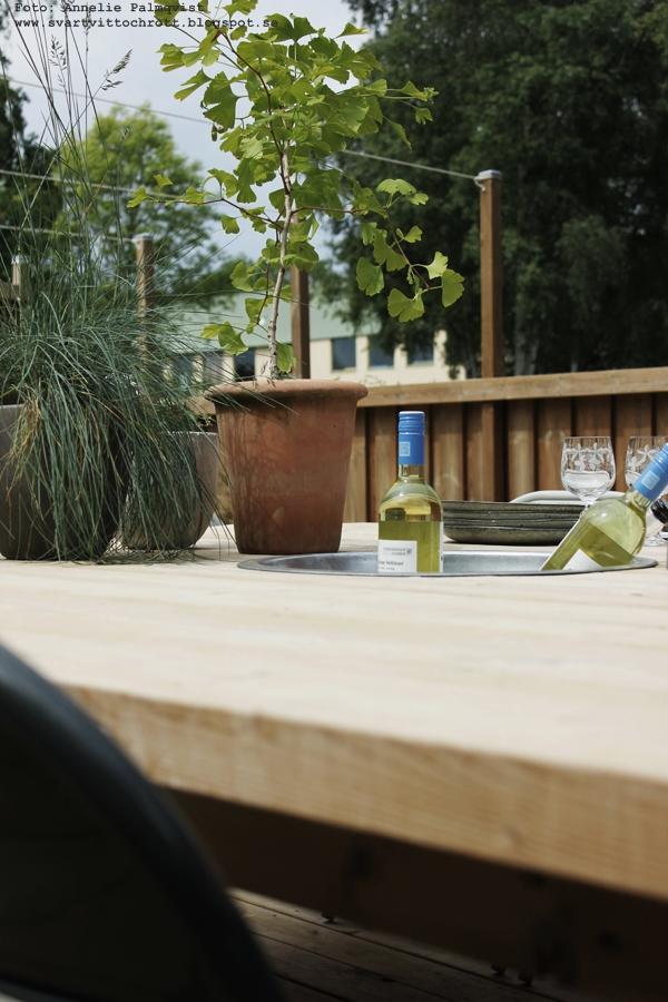 uteplats, trädäck, uteplatsen, patio, byggt eget bord, stort kvadratiskt stabilt bord, tjocka träplank, plank, bord, utemöbler, stolar, diy,