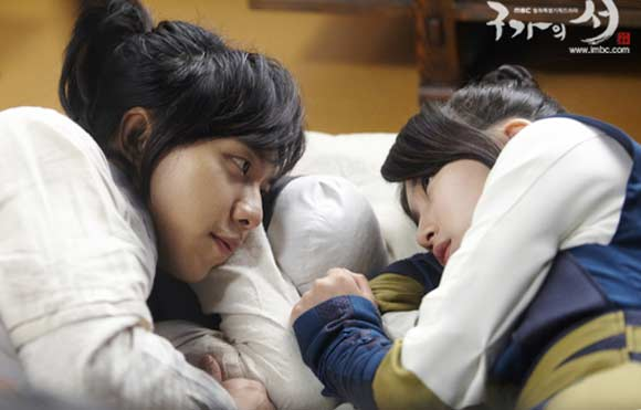 Lộ cảnh lãng mạn giữa Lee Seung Gi và Suzy 3