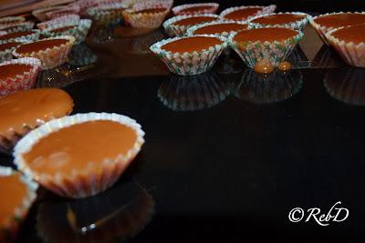 Knäcksmet i formar som speglas på blank plåt. foto: Reb Dutius