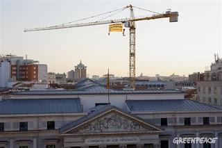 Greenpeace contra la 'ley mordaza' desde una grúa del Congreso