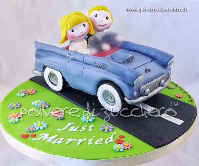 cake topper wedding: sposi con auto d'epoca