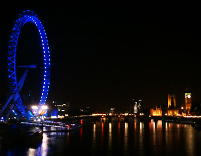 Vista nocturna del Támesis con London Eye y Big Ben al fondo