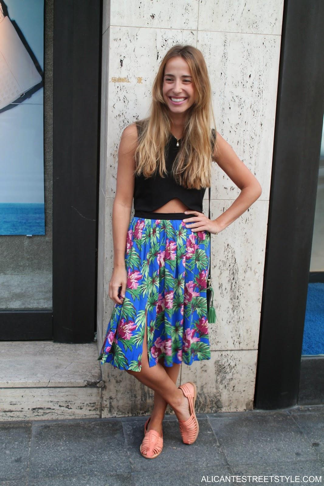 http://www.alicantestreetstyle.com/2014/07/llevar-una-falda-con-print-tropical-con.html