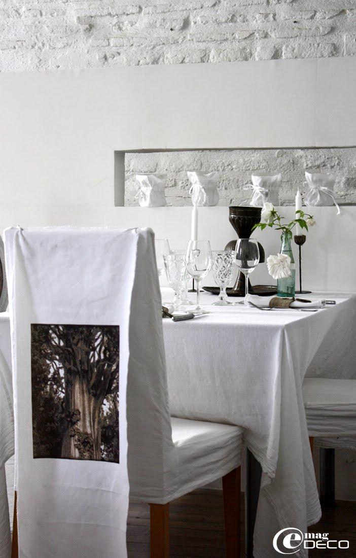 Le dossier d'une chaise 'Habitat' est décoré avec un transfert sur tissu en coton blanc d'une photographie de Dominique Roldan-Chauvet